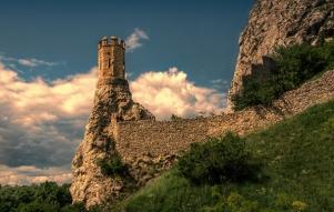 priroda-ruiny-leto